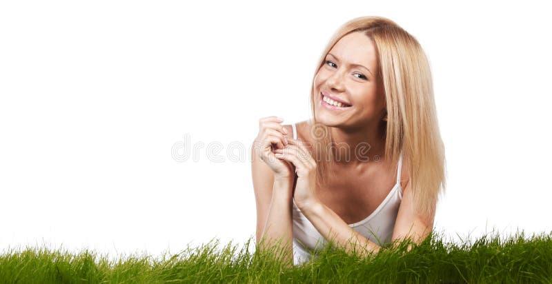 Uśmiechnięta kobieta na trawie zdjęcie royalty free