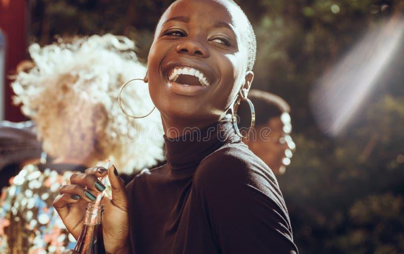 Uśmiechnięta kobieta na weekendowy wiszącym za zdjęcie royalty free