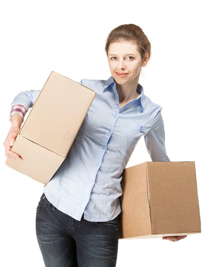 Uśmiechnięta kobieta niesie dwa dużego pudełka zdjęcia stock