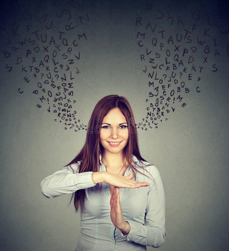 Uśmiechnięta kobieta pokazuje czas ręki gesta przerwę opowiada too much out obrazy royalty free