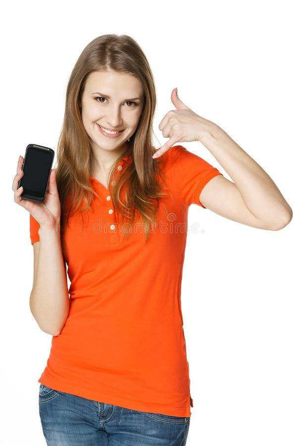Uśmiechnięta kobieta pokazuje telefon komórkowy robi wezwaniu ja gest zdjęcia royalty free