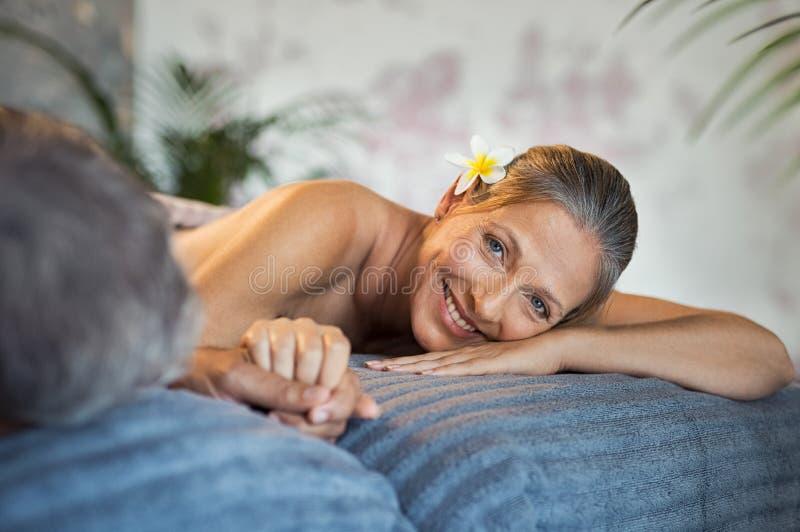 Uśmiechnięta kobieta przy zdrojem z mężem obrazy stock