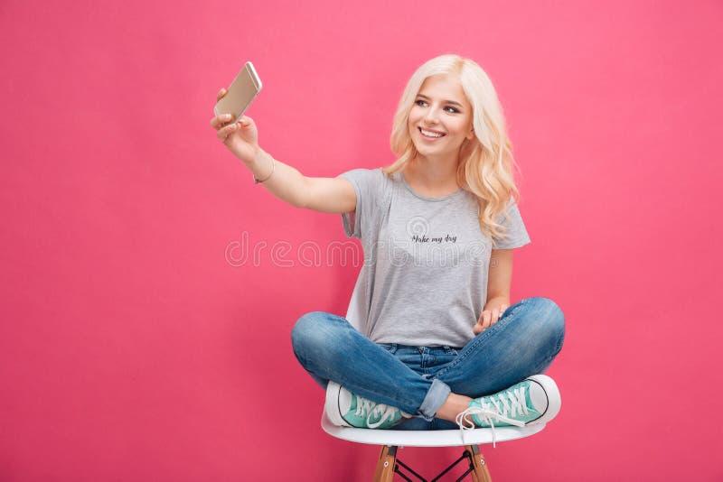 Uśmiechnięta kobieta robi selfie fotografii na smartphone zdjęcia royalty free