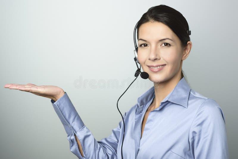 Uśmiechnięta kobieta robi telemarketing zdjęcia royalty free