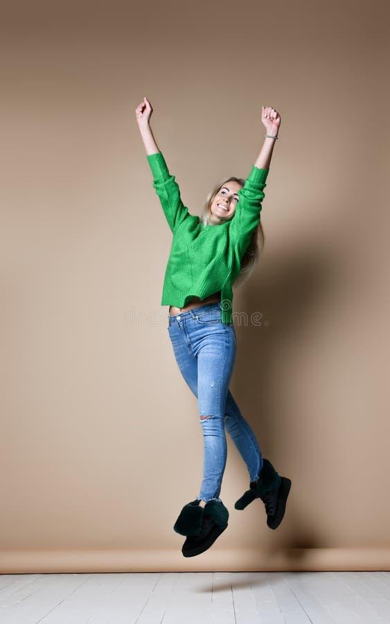 Uśmiechnięta kobieta robi wysokości pięć z ona ręce zdjęcia royalty free