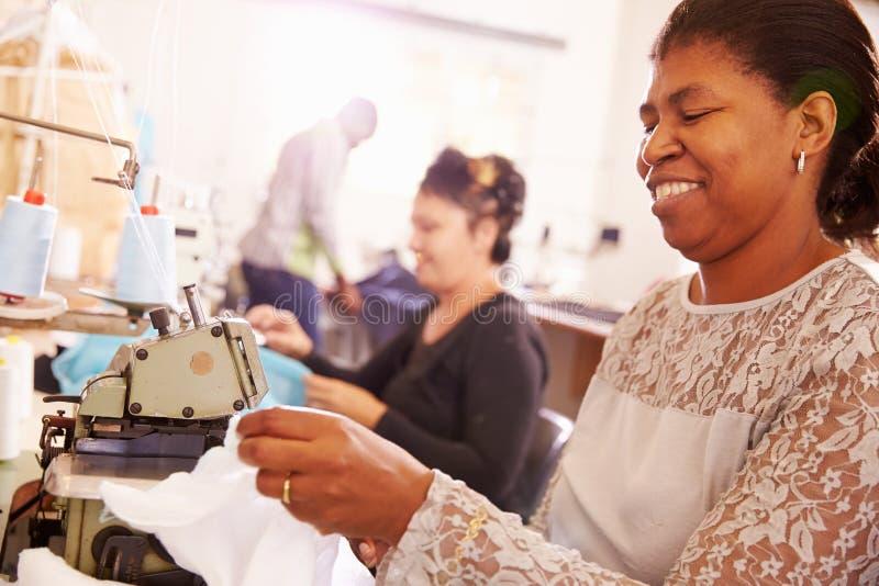 Uśmiechnięta kobieta szy przy społeczność warsztatem, Południowa Afryka zdjęcia stock