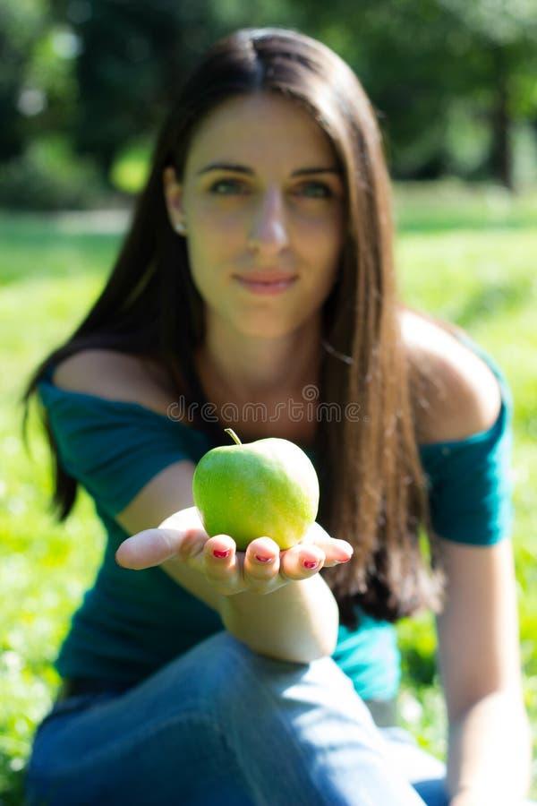 Uśmiechnięta kobieta trzyma świeżego jabłka zdjęcia stock