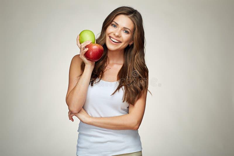 Uśmiechnięta kobieta trzyma czerwieni i zieleni jabłka z zdrowymi zębami obraz stock