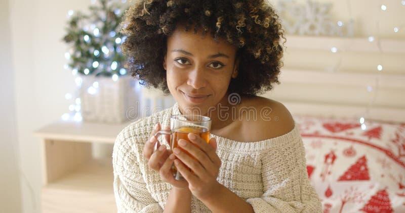 Uśmiechnięta kobieta trzyma gorącej herbaty fotografia stock