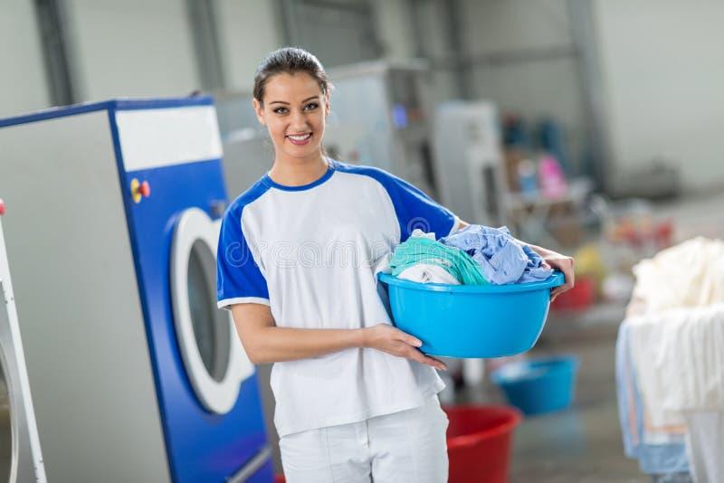 Uśmiechnięta kobieta trzyma pralnianego kosz zdjęcia stock