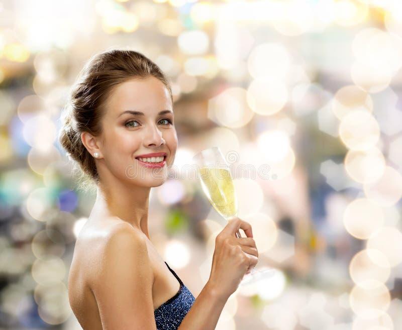 Uśmiechnięta kobieta trzyma szkło iskrzasty wino zdjęcie stock