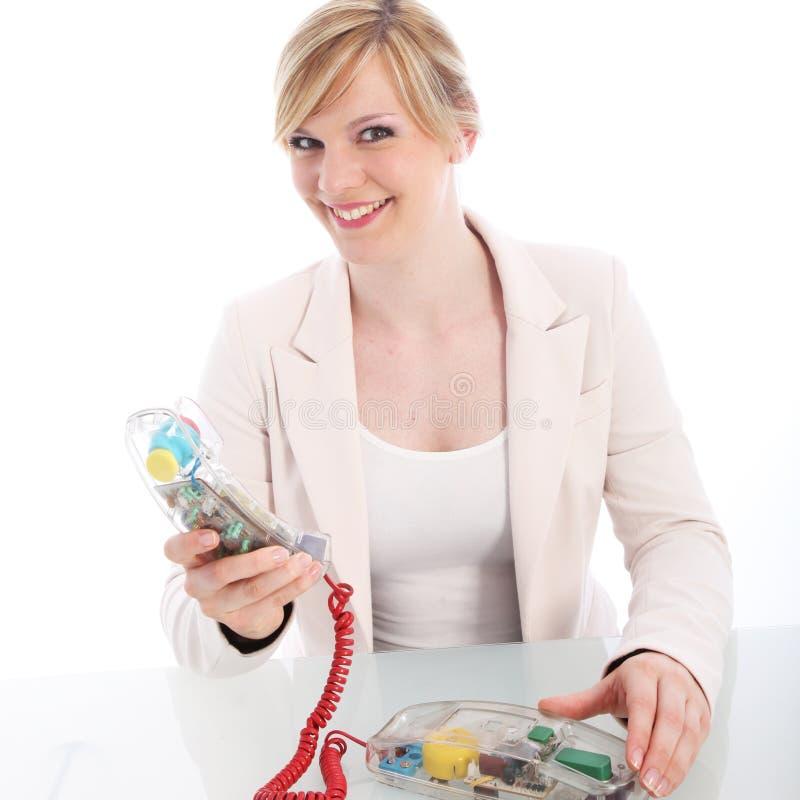 Uśmiechnięta kobieta używa kabel naziemny telefon zdjęcie royalty free