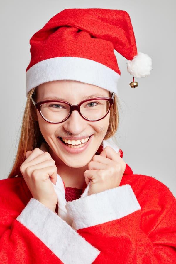 Uśmiechnięta kobieta ubierająca jak Santa dla bożych narodzeń fotografia royalty free