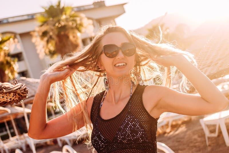 Uśmiechnięta kobieta w backllight fotografia stock