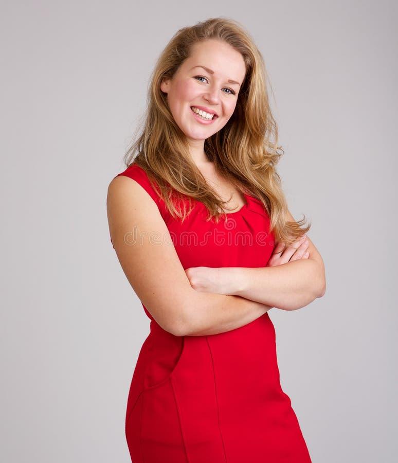 Uśmiechnięta kobieta w czerwieni sukni zdjęcie stock