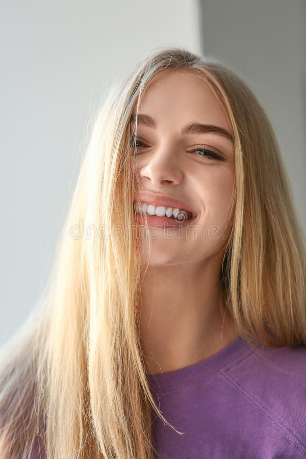 Uśmiechnięta kobieta w fiołkowej bluzie sportowa fotografia stock