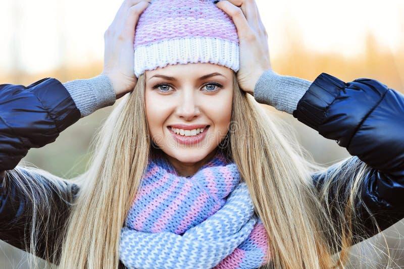 Uśmiechnięta kobieta w kapeluszu - portret na zewnątrz zdjęcie stock