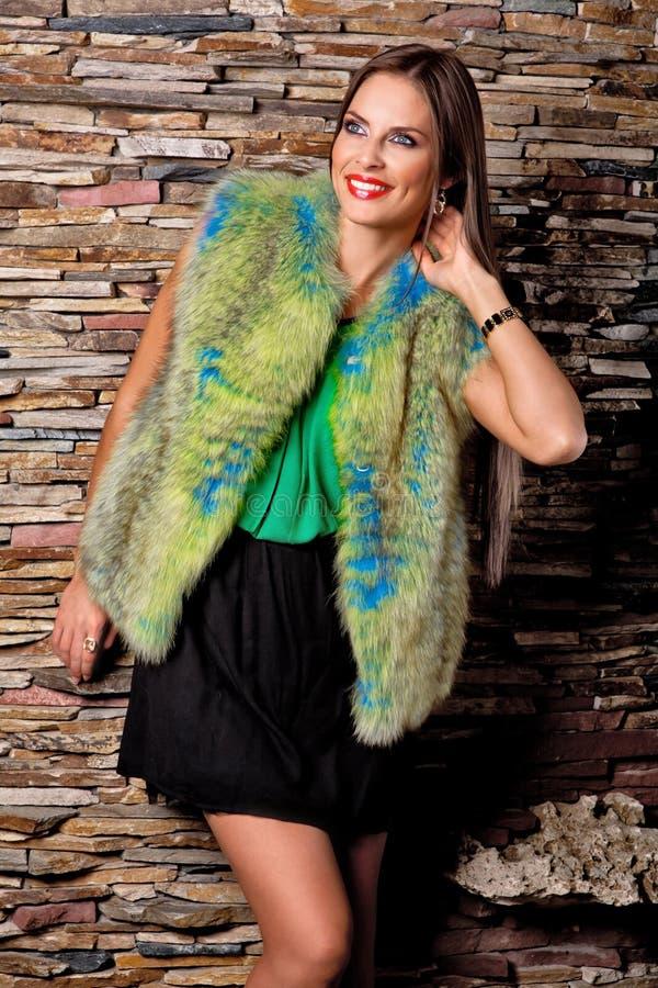 Uśmiechnięta kobieta w luksus zieleni futerkowym żakiecie fotografia stock