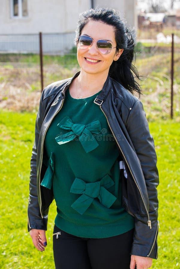 Uśmiechnięta kobieta w ogródzie zdjęcie stock
