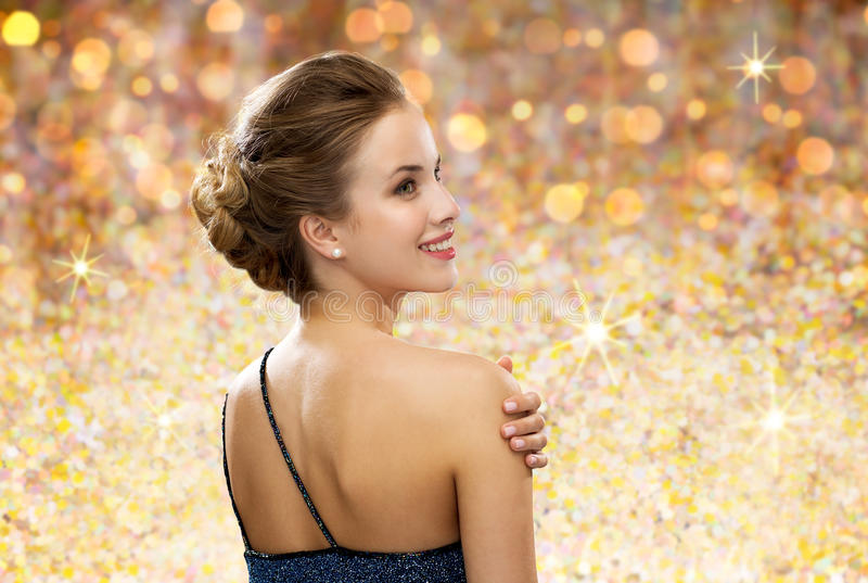 Uśmiechnięta kobieta w wieczór sukni od plecy obraz stock
