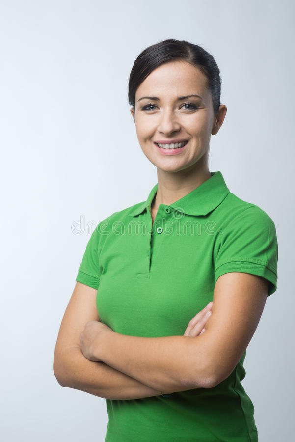 Uśmiechnięta kobieta w zielonej polo koszulce fotografia stock