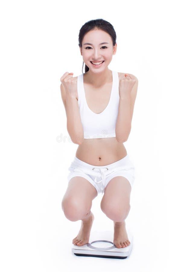 Uśmiechnięta kobieta z łazienki skala zdjęcia royalty free