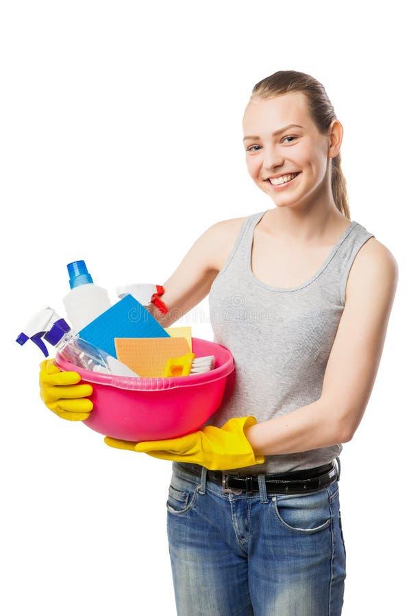 Uśmiechnięta kobieta z cleansers i wytarciami odizolowywającymi zdjęcia stock