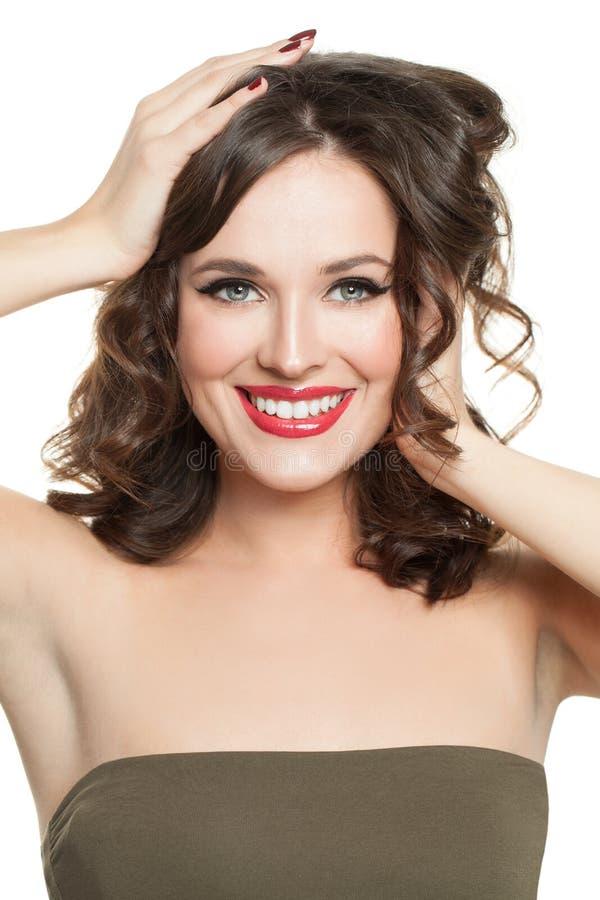 Uśmiechnięta kobieta z doskonalić kędzierzawym włosy Rozochocony wzorcowy dziewczyna portret obrazy stock