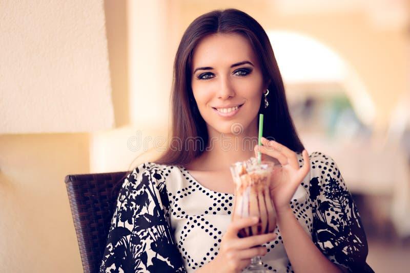 Uśmiechnięta kobieta z Kawowym Frappe napojem przy restauracją obrazy royalty free