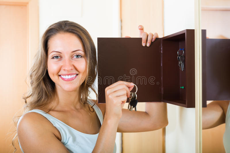 Uśmiechnięta kobieta z kluczem zdjęcia stock