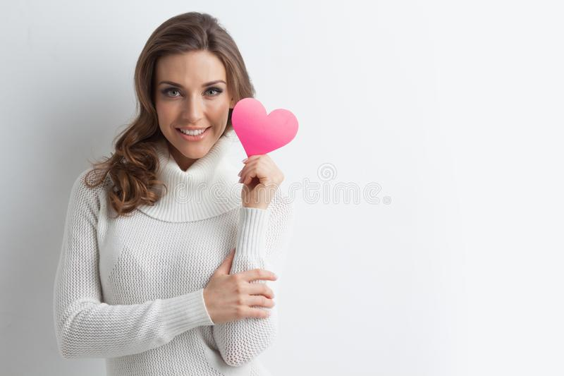 Uśmiechnięta kobieta z papierowym sercem zdjęcie stock