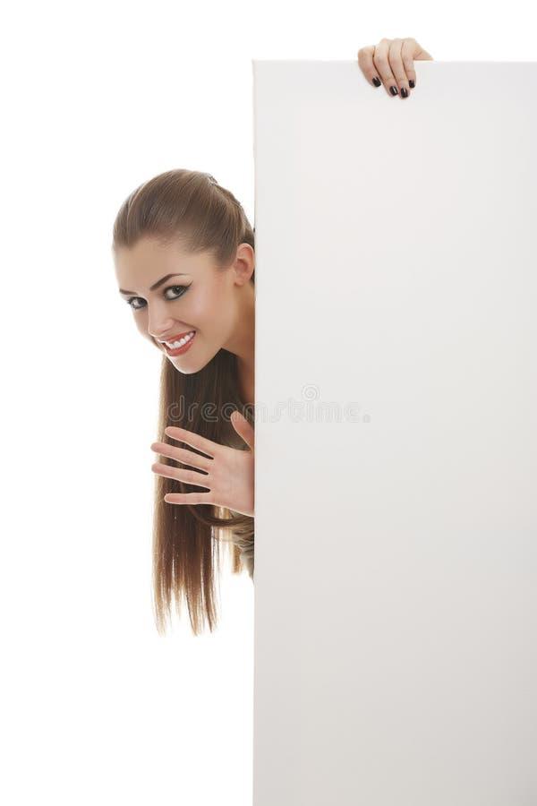Uśmiechnięta kobieta z puste miejsce deski znakiem obraz royalty free