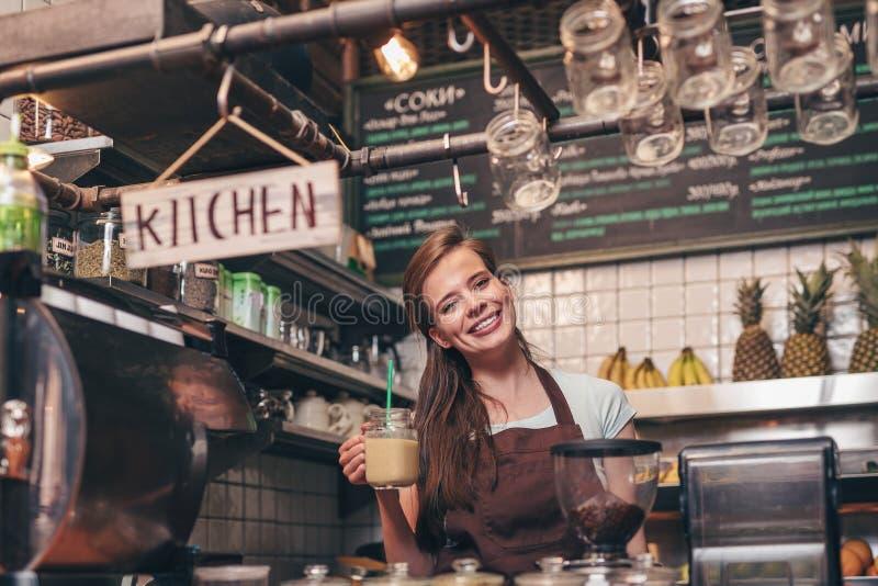 Uśmiechnięta kobieta z smoothies zdjęcie stock