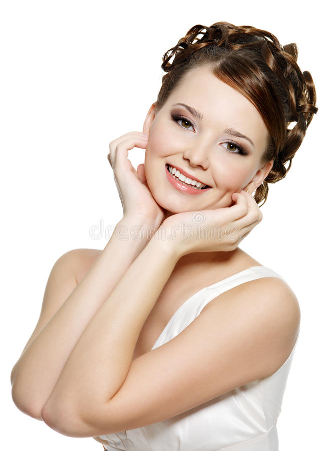 Uśmiechnięta kobieta z uśmiechniętymi makijażem i fryzurą zdjęcie royalty free