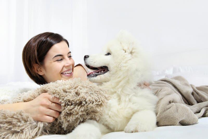 Uśmiechnięta kobieta z zwierzę domowe psem zdjęcie royalty free