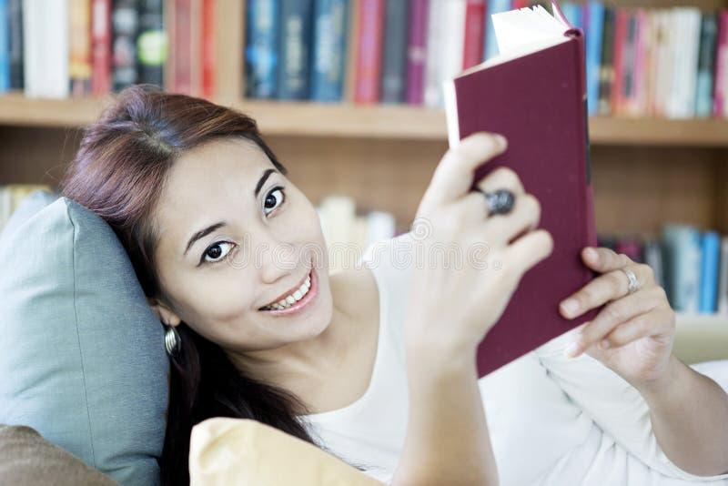 Uśmiechnięta kobiety czytania książka obraz royalty free