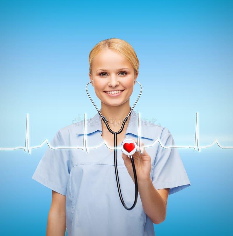 Uśmiechnięta kobiety lekarka, pielęgniarka z stetoskopem lub zdjęcia stock