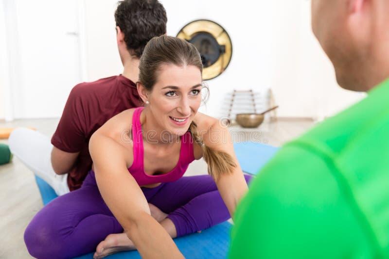 Uśmiechnięta kobiety spełniania joga poza zdjęcie royalty free