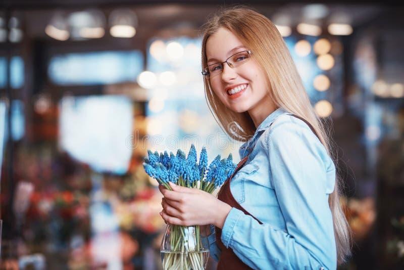 Uśmiechnięta kwiaciarnia w sklepie zdjęcie stock