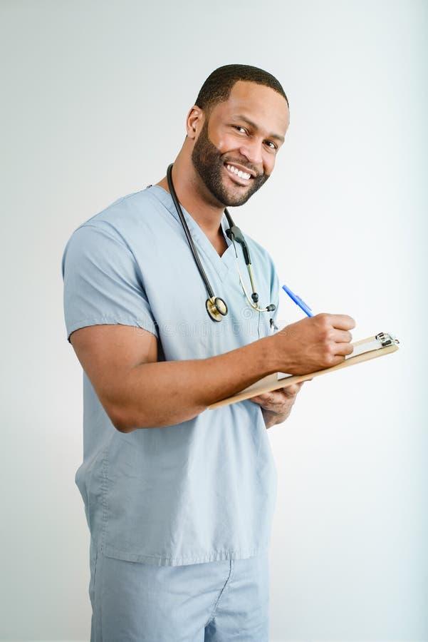 Uśmiechnięta lekarka lub Męski pielęgniarka portret obrazy royalty free