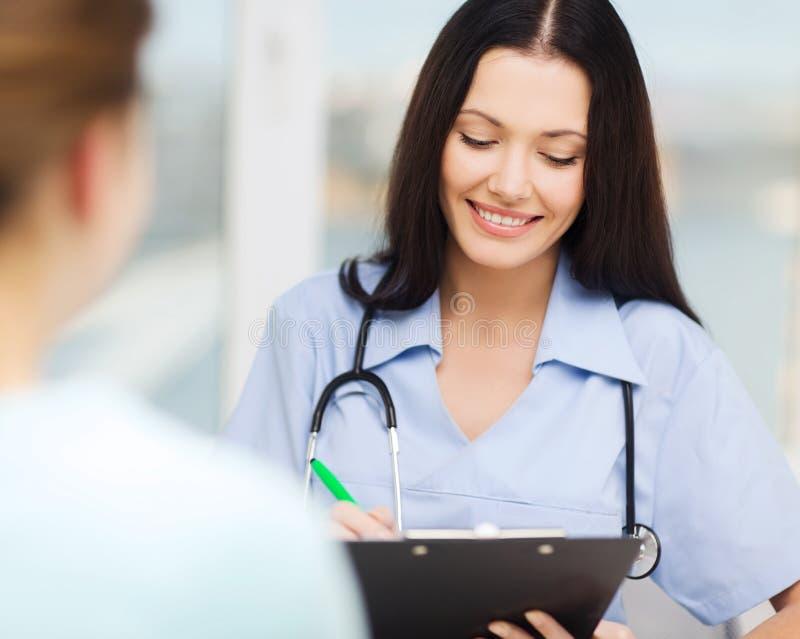 Uśmiechnięta lekarka lub pielęgniarka z pacjentem zdjęcia royalty free