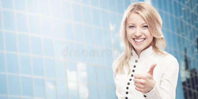 Uśmiechnięta młoda biznesowa kobieta zdjęcie royalty free