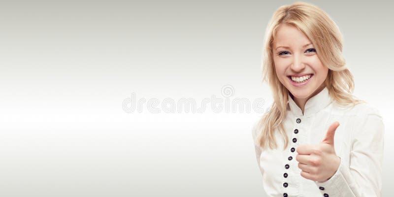 Uśmiechnięta młoda biznesowa kobieta zdjęcia stock