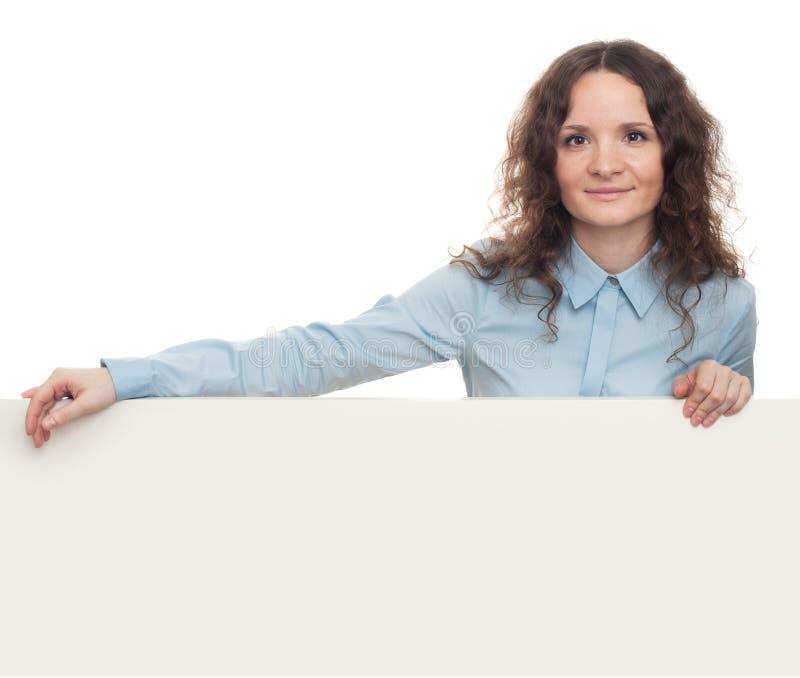Uśmiechnięta młoda biznesowa kobieta pokazuje pustego signboard odosobniony fotografia royalty free