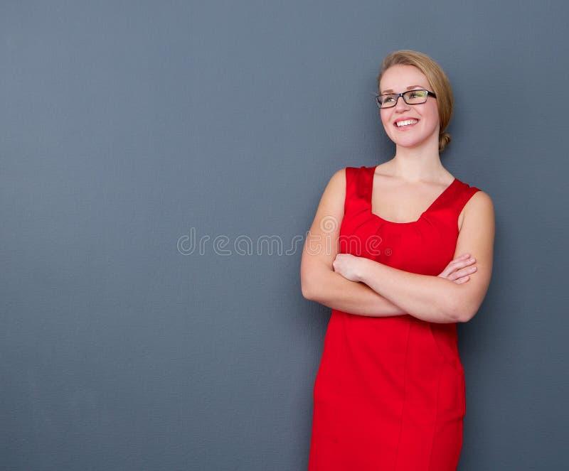 Uśmiechnięta młoda biznesowa kobieta z szkłami zdjęcie royalty free