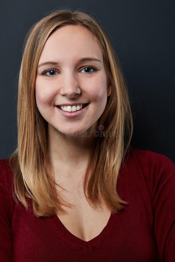 Uśmiechnięta młoda blond kobieta czołowa zdjęcia royalty free