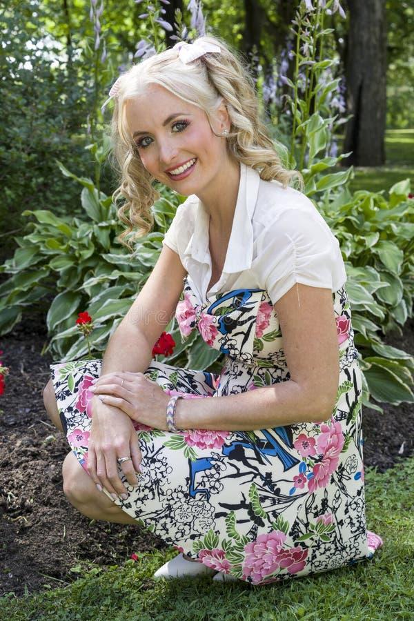 Uśmiechnięta młoda blond kobieta pozuje outdoors zdjęcie royalty free
