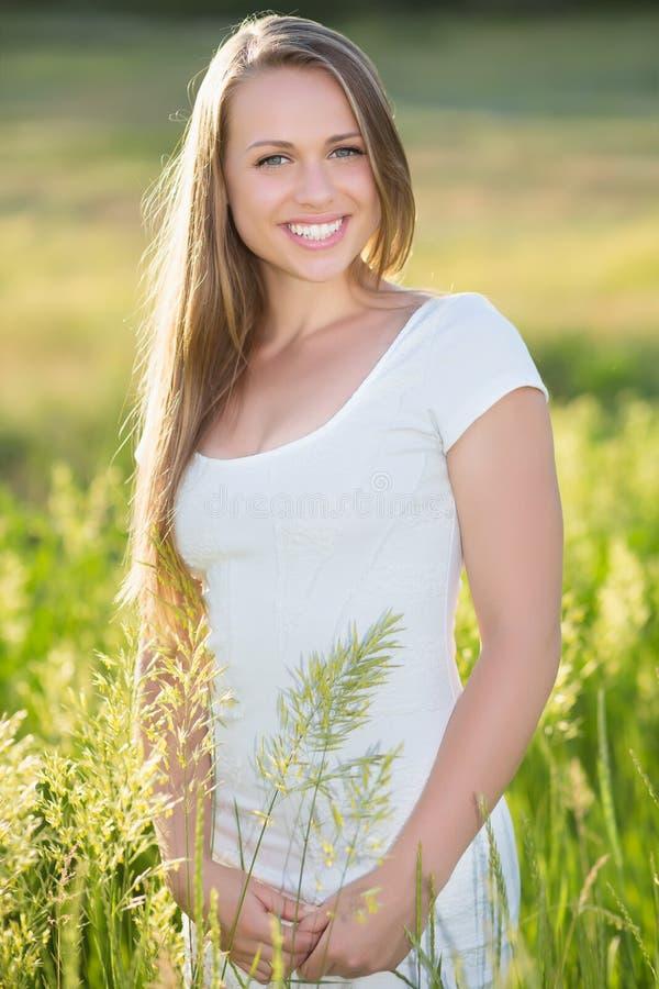 Uśmiechnięta młoda blondynka obraz stock
