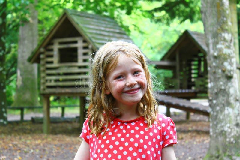 Uśmiechnięta Młoda blondynki dziewczyna Bawić się Out Mokrego, Upaćkanego, Brudnego, Mokrego i Szczęśliwego -, zdjęcie stock