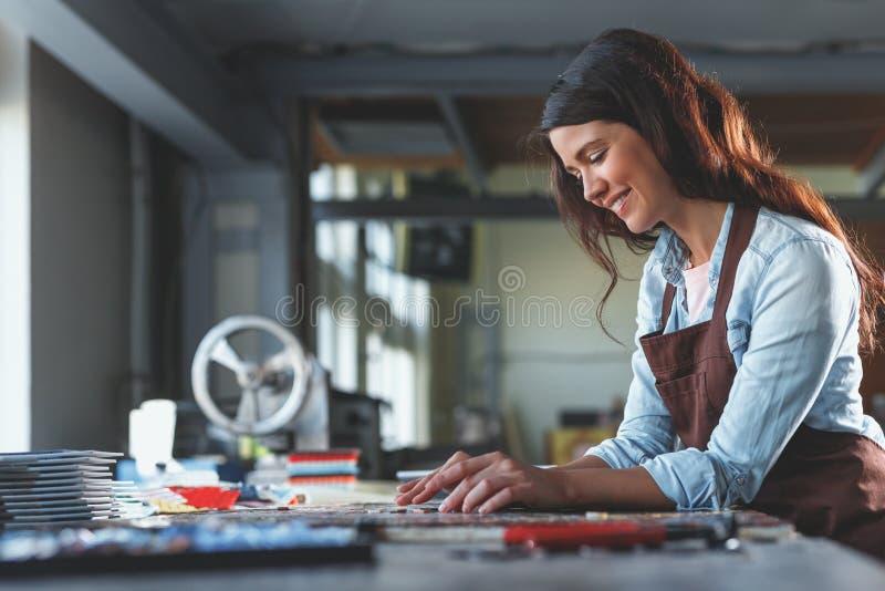 Uśmiechnięta młoda dziewczyna z mozaiką zdjęcie stock